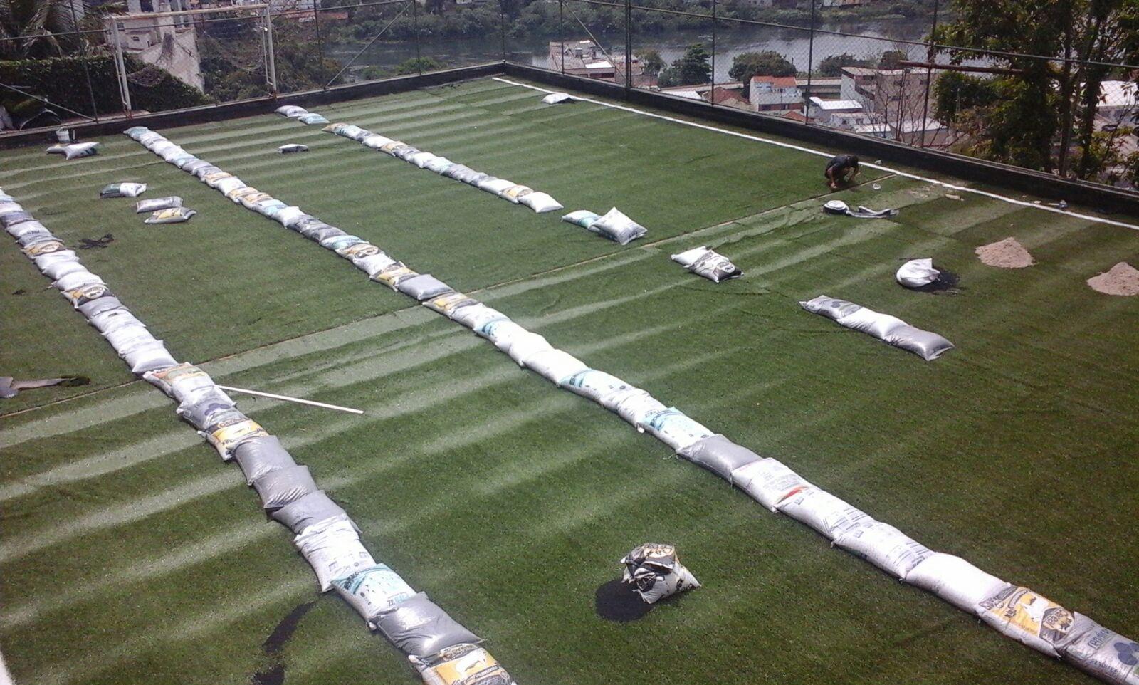 Finalizando a instalação da grama sintética de 50mm - Barra Mansa / Rio de Janeiro
