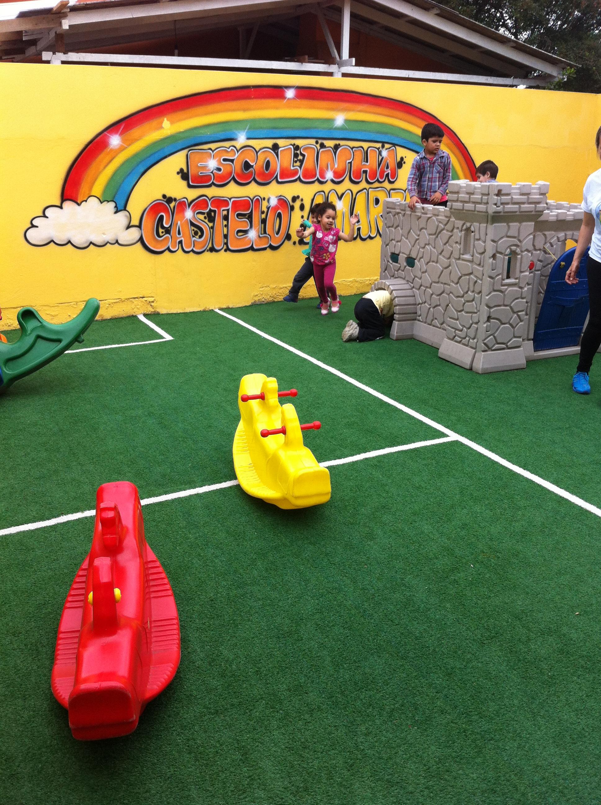 Escola de Educação Infantil Castelo Amarelo - diversão na grama sintética no mês das crianças - Canoas / Rio Grande do Sul